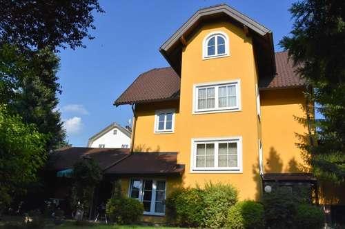 Stilvolles Zweifamilienhaus mit Doppelgarage in schöner Wohnsiedlung - SBG