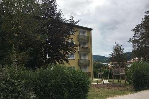 3-Zimmer-Wohlfühl-Wohnung im grünen Naturparadies mit Loggia und Aufzug! Gute Anbindung und Lage ermöglichen aktives Leben am Land!