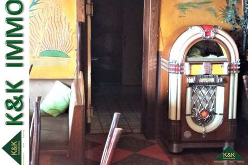 IMMOBILIEN PAKET - TOP PREIS für Café, Garconnière, große Wohnung, 2 Garagen, Grundstück