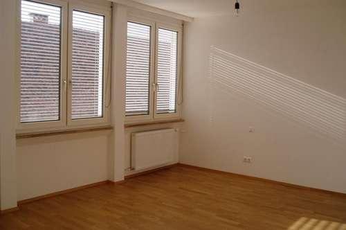 Komplett neu renovierte und großzügig aufgeteilte Eigentumswohnung zu verkaufen