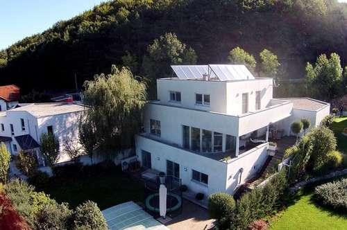 Familiensitz mit Outdoor-Pool und Panoramablick in sonniger Grünlage
