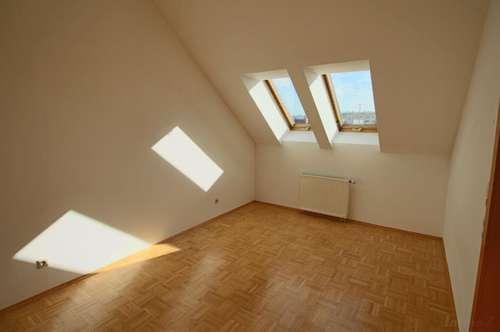 Helle Dachgeschoß 2 Zimmerwohnung Nähe FH-Joanneum! Küche kommt neu! Unbefristet!