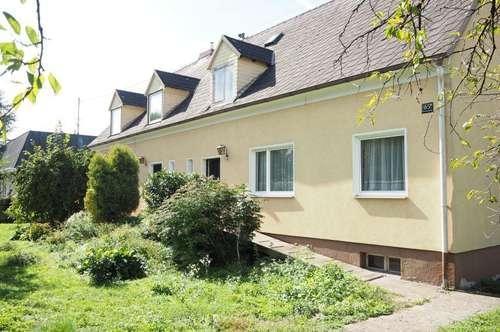 Doppelhaushälfte mit großem schönen Garten, 84 m² WNFL + ausbaufähiger Dachraum, 800 m² Grundstücksfläche, gute Bausubstanz, am Naherholungsgebiet Traunau!