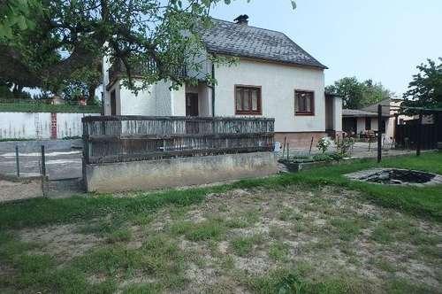 Einfamilienhaus mit Nebengebäuden und großem Grundstück in zentrumsnaher Lage