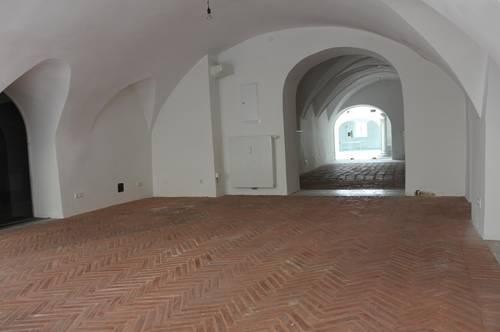 Geschäftslokal mit einzigartigem Ziegelsteinboden und gr Schaufenstern in der Innenstadt