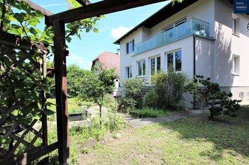 Thermisch saniertes Zweifamilienhaus mit Gestaltungsspielraum im Innern & Garten