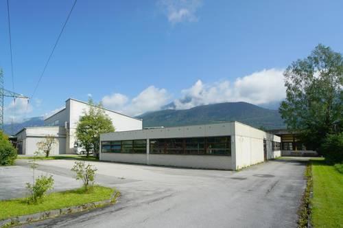 Betriebsgebäude mit vielen Parkplätzen und flexibler Einteilung