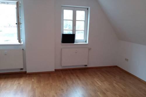 Provisionsfrei ! Helle Sanierte 2 Zimmer Dachgeschoss Mietwohnung Ref:8