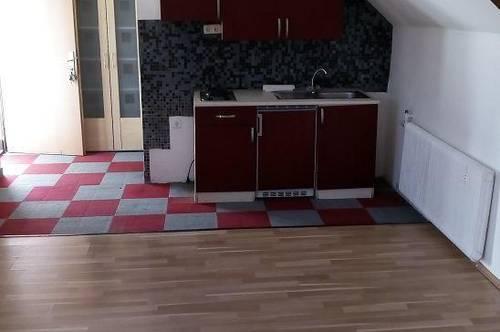 zentrale  Dachgeschoß - 1 Zimmerwohnung mit kleinem Balkon
