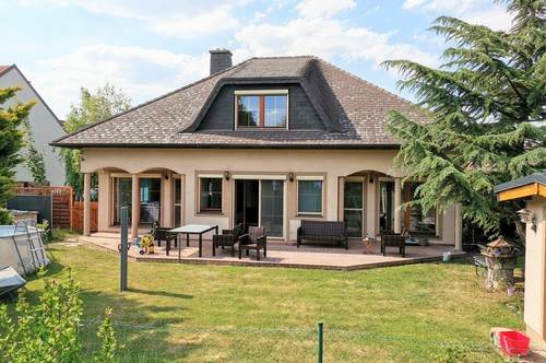 Einfamilienhaus mit schönem Garten und Pool in Steinabrückl