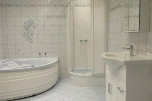 DB IMMOBILIEN | Sehr geräumige Wohnung mit eventuell variabler Gestaltungsmöglichkeit für Familien, Büro, Praxis, oder ähnliches