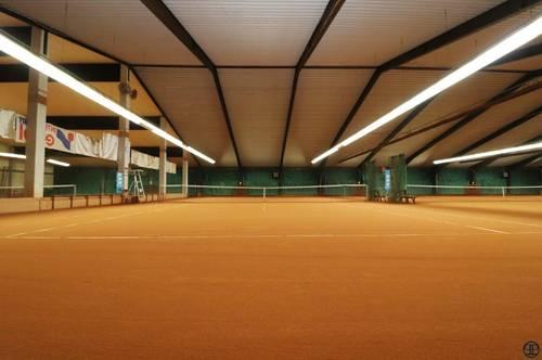 Paul Partner: Tennishalle + Indoor Sandplätze +Kantine + Wohnung mit Terrasse + Nebengebäude