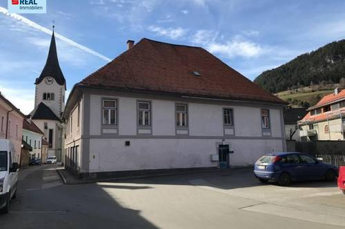 Ehemaliges Geschäftshaus mit großer Wohnebene