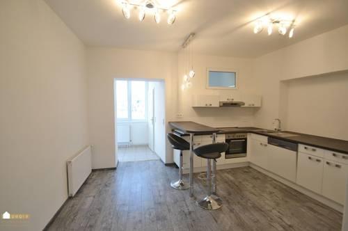hübsche Wohnung mit moderner Küche und großem Wohnzimmer