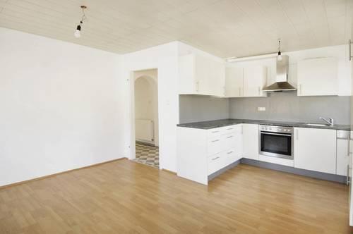 Wohnung mit Küche, Balkon und PKW-Abstellplatz!