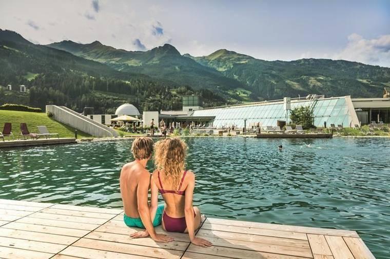 Thermalwasserbadesee mit Blick auf die Alpentherme