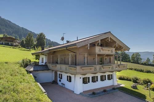 Traditionelles Landhaus auf einer Anhöhe in Brixen