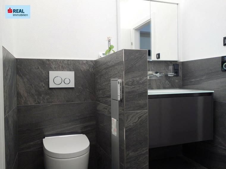 Modernes Badezimmer mit WC und Dusche