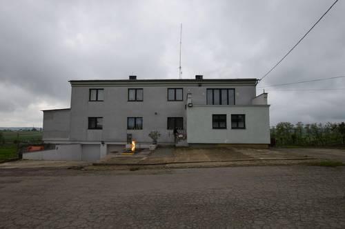 Landwirtschaftliches Gut mit Wohnhaus für Großfamilie, große Lagerhalle und Nebengebäude