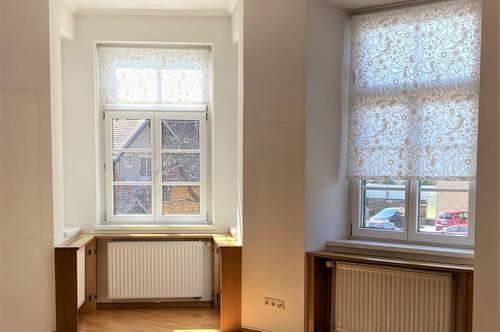 TOP GEPFLEGT: Provisionsfrei! Helle, freundliche 2 Zimmer Altbauwohnung mit Balkon und Kachelofen