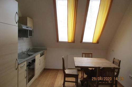 Sehr schöne Dachgeschoss Wohnung in ruhiger, erhöhter Stadtrandlage