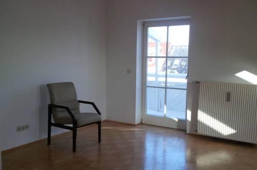 Geräumige 3 Zimmer-Wohnung mit neu möblierter Küche und Balkon!