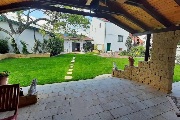 Blick-von-der-Lounge-in-den-Garten_zu-den-Gästezimmern_zum-EFH