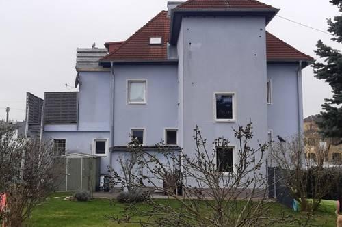 Tolle Hausoberhälfte mit 2 Wohneinheiten und einem ca. 220m² Garten sowie 4 PKW Stellplätzen