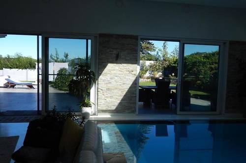 Charmanter Bungalow mit Poolhaus zum Öffnen in den Garten