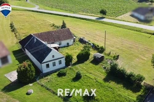 Bauernhaus mit Nebengebäude und Grund wartet auf Neubesitzer.