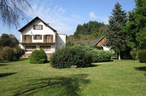 Sanierungsbedürftiges Wohnhaus mit 2 Wohneinheiten, ehemaligen Gaststättenräumen und 8000 m² Grund