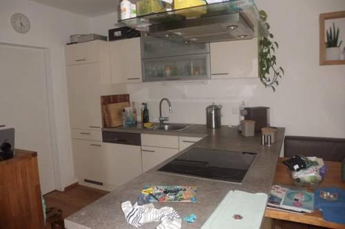 Neuwertige 3 Zimmerwohnung mit möblierter Küche ohne Ablöse, Carport und PKW-Stellplatz in ruhiger Lage von Pasching