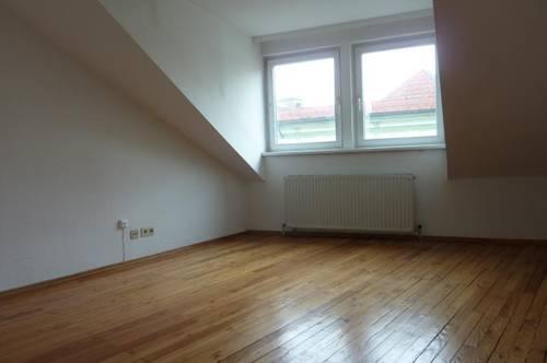 Enns: Ruhige 1-Zimmerwohnung, Küche möbliert (keine Ablöse) im 3. OG ohne Lift, unmittelbare Stadtplatznähe.
