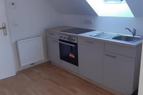 Neu renovierte 75m2 Dachgeschoßwohnung mit möblierter Küche ohne Ablöse in zentraler und sonniger Lage von Wels