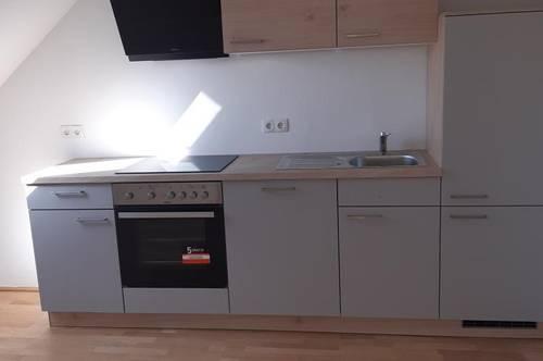 Neuwertige Zweiraumwohnung im Dachgeschoß mit möblierter Küche (ohne Ablöse)