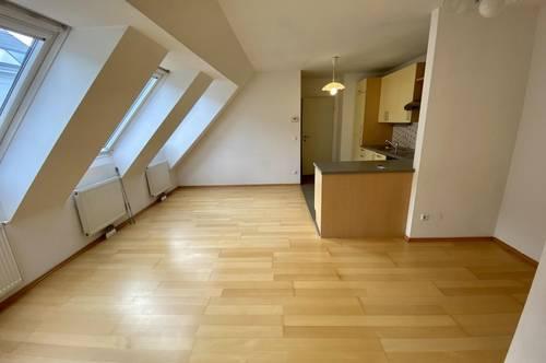 Sonnige 2 Zimmer Single-/Pärchenwohnung im DG, Garage, Gemeinschaftsterrasse