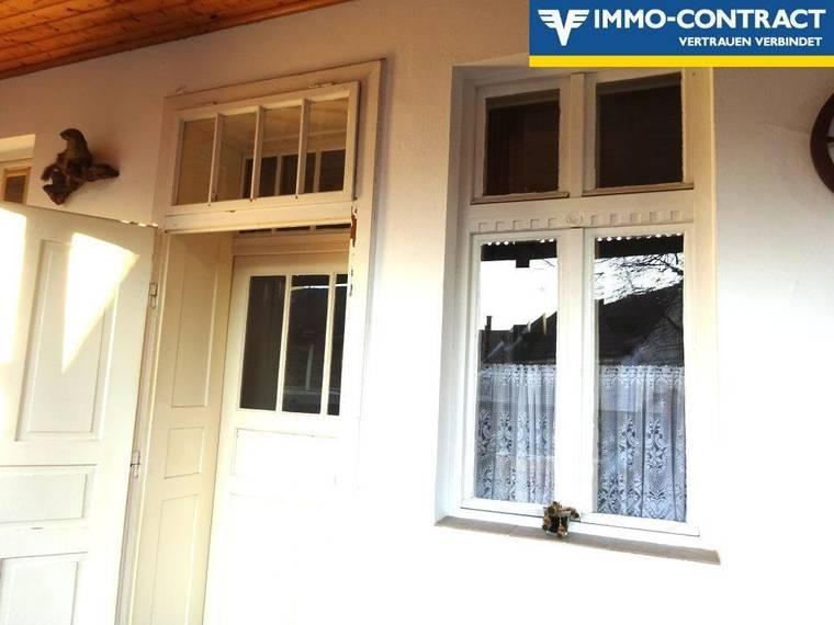 Antike Massivholztüren und Fenster zu den Zimmern