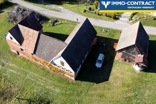 Landwirtschaftliche Gebäude in sonniger Hügellandschaft mit neuwertigem Stromanschluss und Zählerkasten