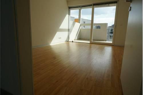 Schöne 2-Zimmer-Wohnung + Küche * Sonniger Balkon