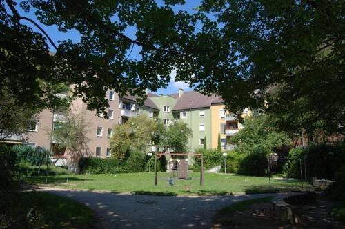 Idyllisches Leben am grünen Stadtrand von Linz! Renovierte 2-Raum-Wohnung mit schöner Loggia in traumhafter Lage inkl. Tiefgarage!