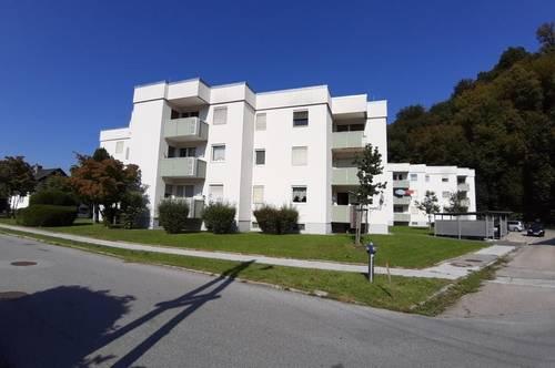 provisonsfreie, attraktive 2-Zimmer-Wohnung im Erdgeschoß mit Balkon und eigenem Parkplatz, am Fuß der Burgruine Voitsberg/Krems / sanierte Siedlung