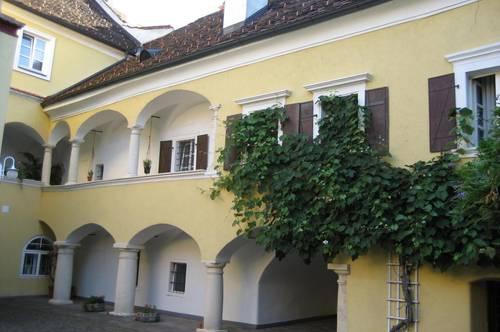 Ruhige 35 m² 1-Zimmer Wohnung in einem sehr aufwendig, liebevoll restaurierten, alten Bürgerhaus.