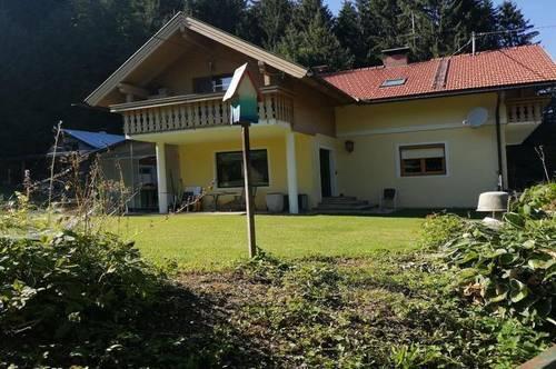 Ein-Zweifamilien Wohnhaus auf großem Baugrund mit Nebengebäude und 3 Garagen!