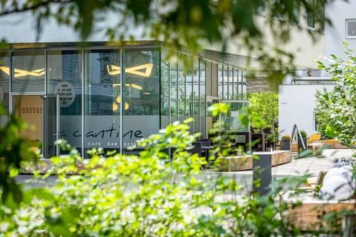 Attraktive Gastrofläche im Innenhof eines hochmodernen Bürokomplexes.