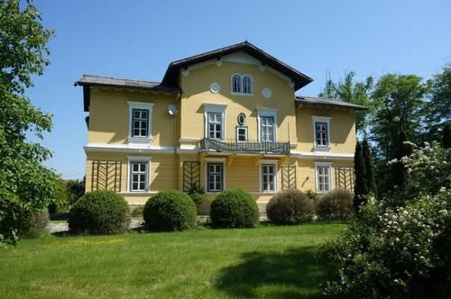 Historische Villa mit Park -  auf großem Grund