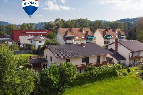 Großes Einfamilienhaus mit tollem Garten, Carport und Garage