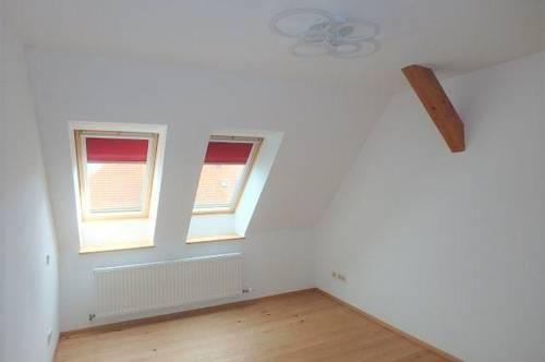 Helle Dachgeschosswohnung mit Gemeinschaftsgarten zu vermieten