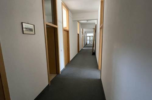 Helle Büroräumlichkeiten mit vielen Parkplätzen und Klimaanlage in Klagenfurt