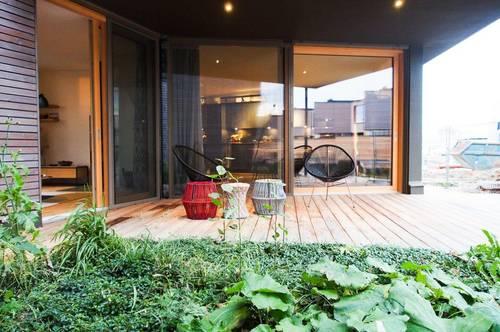 Modernes Garten-Seehaus mit Privat-Steg