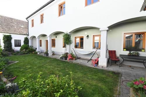 Großzügiges Wohnhaus mit uneinsichtigem kleinen Garten